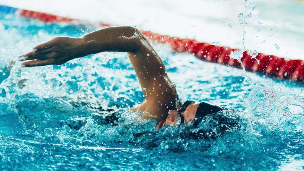 bajar calorias con natacion